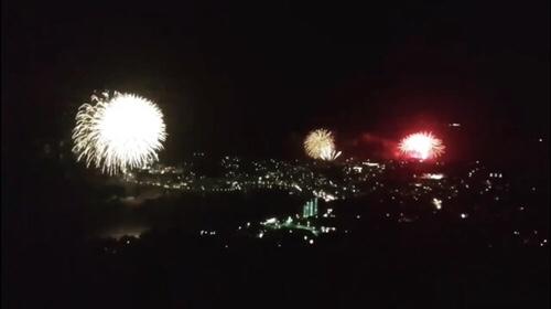 """伊豆稲取温泉の花火大会、3ヶ所同時打上げは圧巻の""""夏の風物詩""""花火イベント。"""