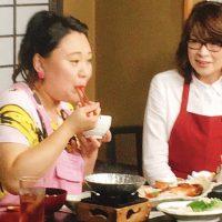 """伊豆の味""""徳造丸""""で、名物郷土料理で伊豆グルメの金目鯛料理をほおばるバービーさん。"""