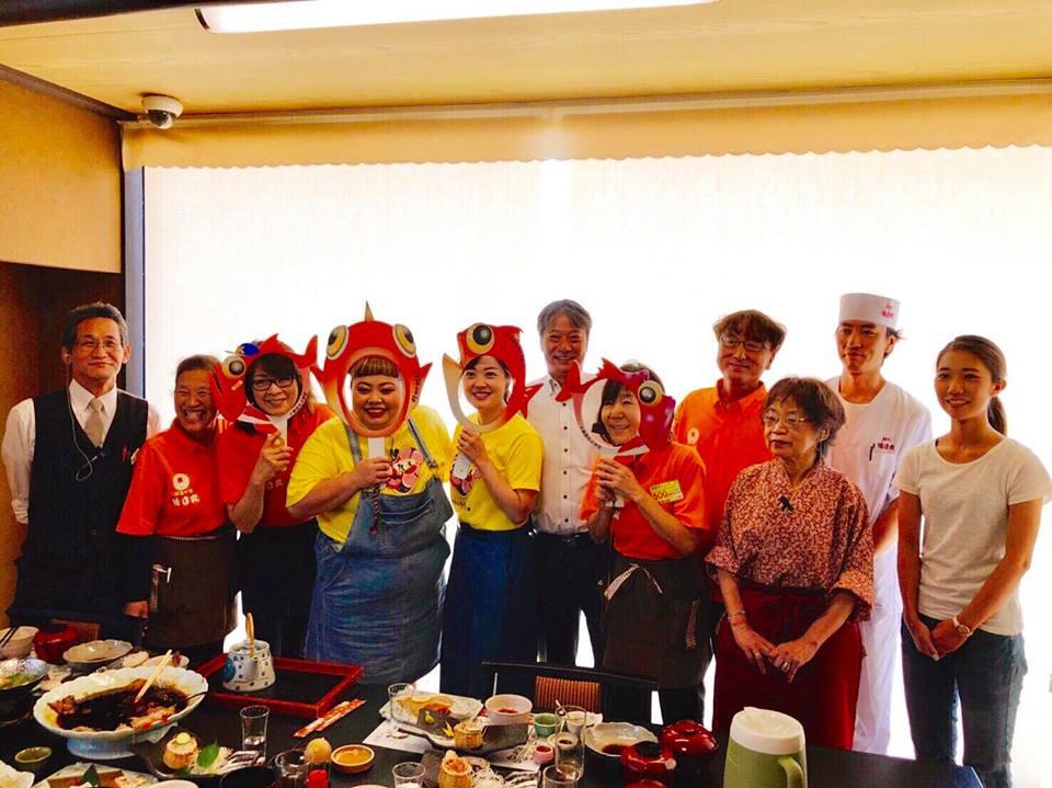 伊豆・徳造丸スタッフとお料理を前に記念撮影。