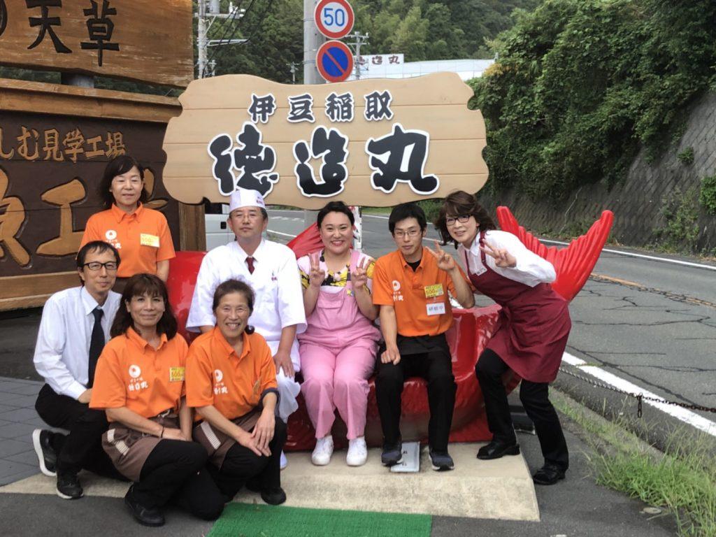 伊豆徳造丸名物!金目鯛の「きんめベンチ」で記念撮影。
