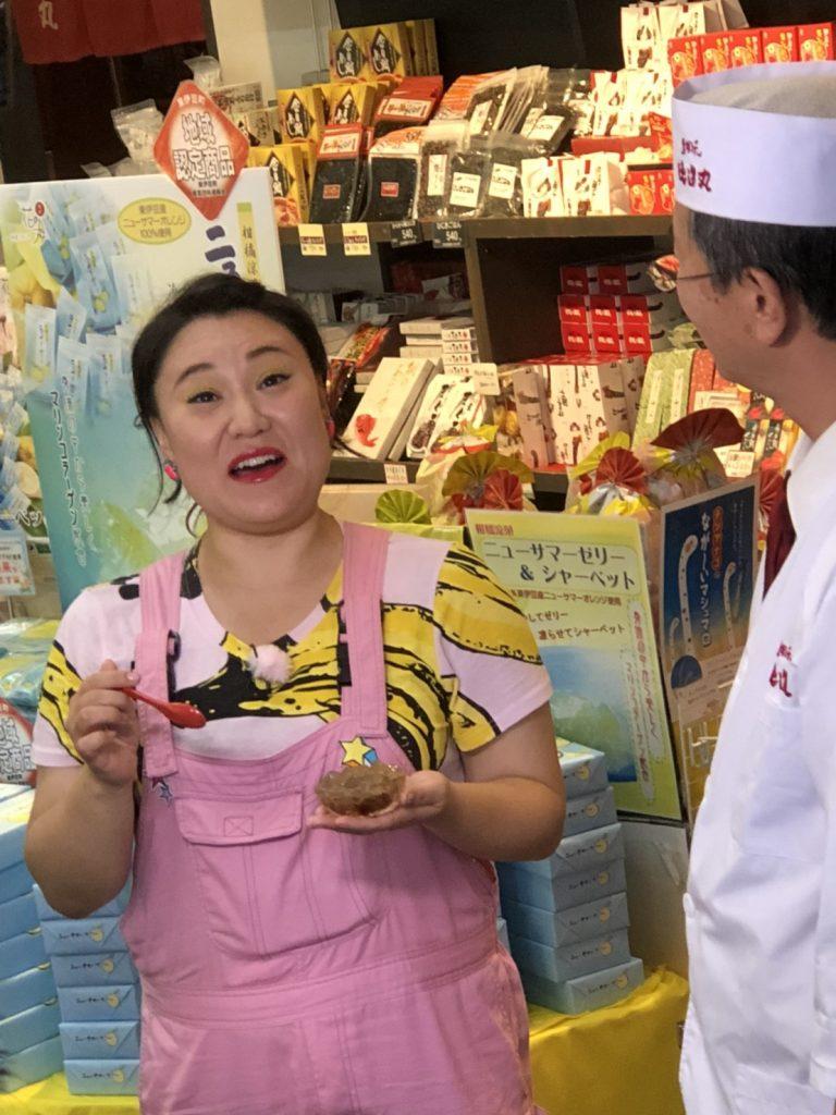伊豆名物の金目鯛と並び、「美味しい!」とトコロテンをほおばるバービーさん。喜んで頂けて何よりです!