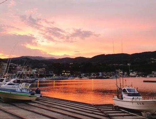 漁港の夕焼け。伊豆の絶景・眺望・景色でオススメの魅力的スポットの1つ、伊豆稲取漁港の夕焼け。