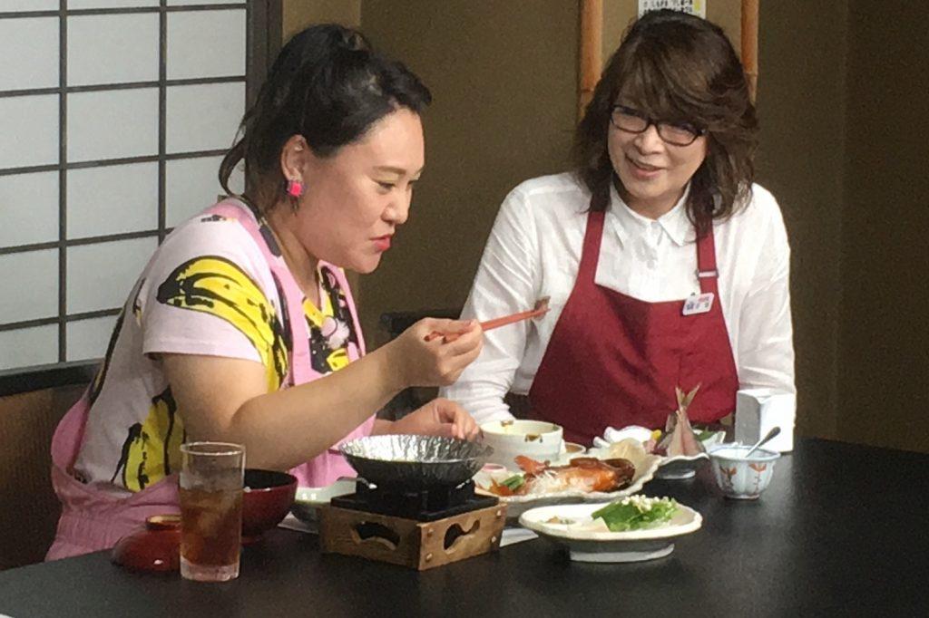 伊豆徳造丸の新定番「金目鯛 彩り三膳」を食すバービーさん。金目鯛は伊豆グルメ・伝統の郷土料理として有名です。