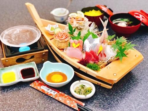 大漁舟盛りのクリスタル石焼き膳。刺身と焼きの両方が楽しめる御膳です。金目鯛や地魚が豊富な大きな舟盛りも人気です!