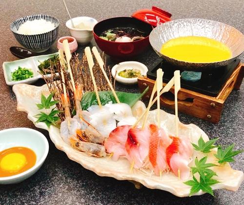 金目鯛や地魚の海鮮串を、美味しいウニしゃぶしゃぶでどうぞ。シメはうま味だしタップリのウニ雑炊で!