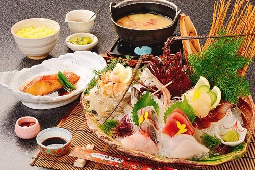 毎年楽しみにお越しくださるお客様も多い『伊勢海老大漁膳』。創業より人気ナンバーワンの金目鯛の煮付けもついた人気のメニューです。