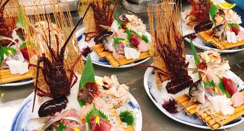 新鮮な伊豆近海産イセエビをまるごと一本!お料理は人気の金目鯛の煮付けもついた『伊勢えび大漁膳』。目の前でおみそ汁をお作りいたします!