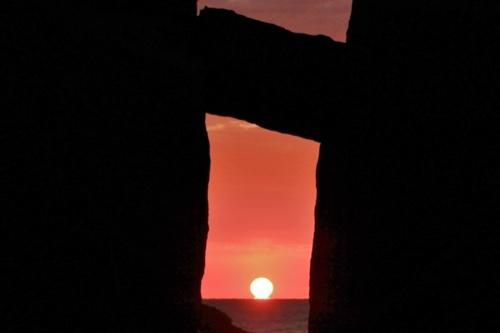 珍しい達磨朝日。伊豆稲取のパワースポット、伝説の巨岩「はさみ石」