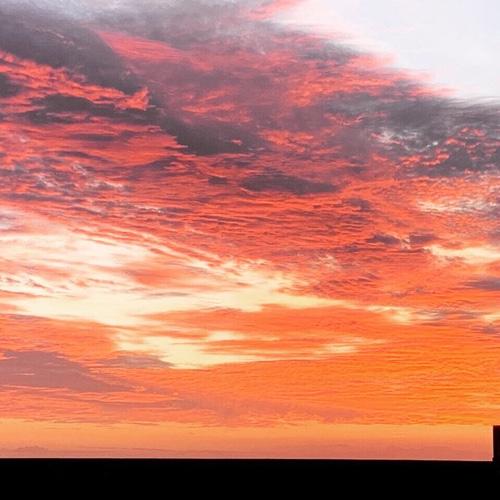 朝焼け雲。早起きは三文の徳?です。