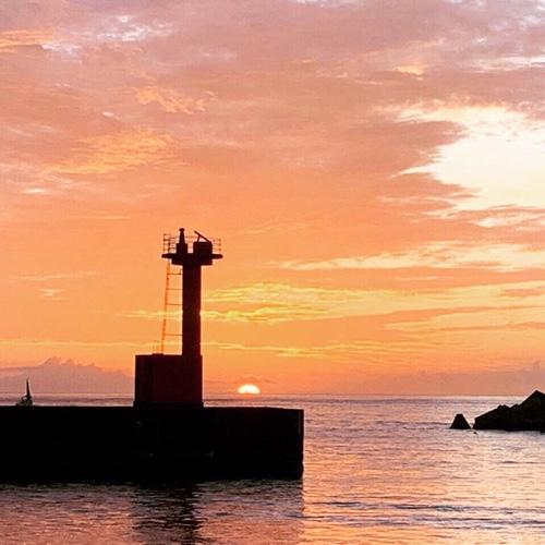 こちらも幻想的な朝焼け雲の漁港・海の景色です。