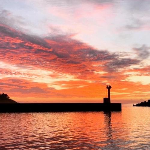 伊豆半島は東伊豆町にある稲取漁港。おすすめのキレイな朝焼けの景色です。