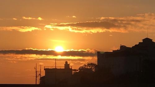 絶景、漁港からの朝日。金目鯛漁で有名な伊豆稲取漁港の朝焼けです。