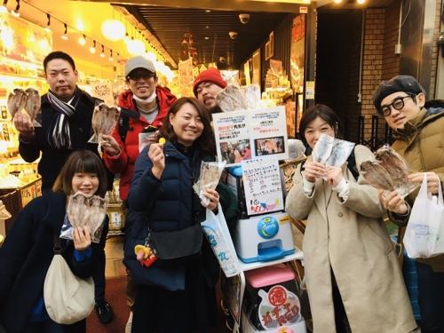 熱海駅前・伊豆名物ひものガチャで金メダル保冷無料体験型ガチャお土産