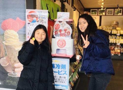 伊東八幡野店・伊豆名物ひものガチャで金メダル保冷無料体験型ガチャお土産