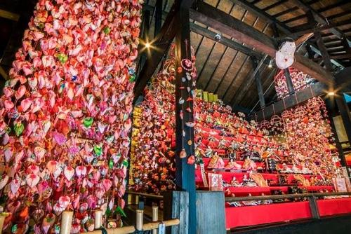 伊豆稲取温泉発祥 雛のつるし飾りまつりイベント開幕日本一ひな壇飾り