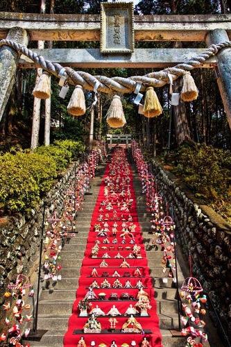 日本一のひな壇飾りと雛のつるし飾りまつり。伊豆稲取発祥。日本三大つるし飾りも。