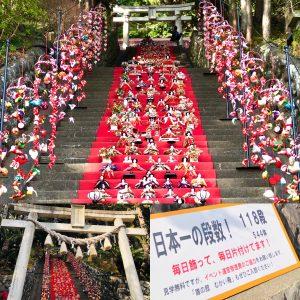 毎日飾って片付け。伊豆稲取発祥の雛のつるし飾りまつり日本一雛壇雛飾り
