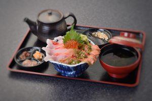 金目鯛の紅白二色丼 漬けにはオリーブオイル使用の漬け海鮮丼タレ使用