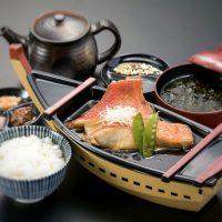 舟盛りで提供する熱海新名物の金目鯛の煮付けづくし膳